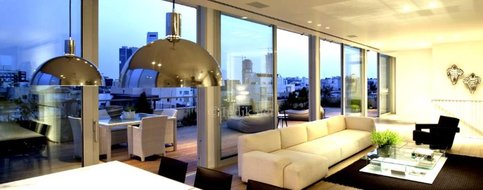 Penthouse in a Building for Restoration Tel Aviv